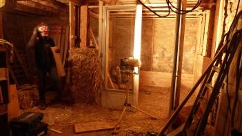 Montage des bottes de paille dans la structure en bois