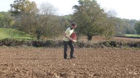 Semoir manuel très pratique pour les petites parcelles du conservatoire de blés