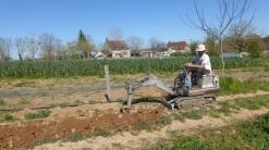 Mini-pelle pour enterrer les tuyaux d'irrigation